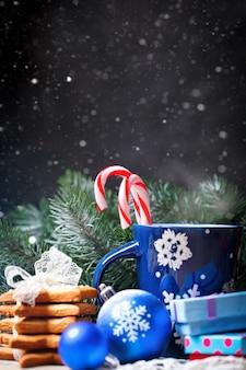 ココア、クッキー、ギフト、木製のテーブルのモミの木の枝をカップします。