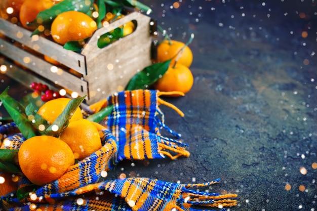 Рождественская и новогодняя композиция со свежими мандаринами