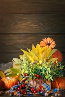 花と野菜で飾られたテーブル。幸せな感謝祭。秋の背景。