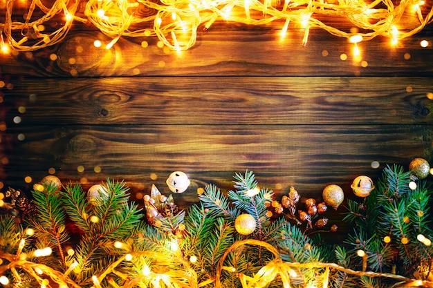 Рождественский зимний фон, стол, украшенный еловыми ветками и украшениями. с новым годом. счастливого рождества.