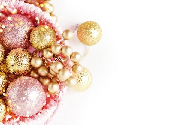 メリークリスマス、そしてハッピーニューイヤー。明るい背景に黄金のクリスマスのおもちゃ。セレクティブフォーカス。上面図。クリスマスの背景。コピースペースの背景。