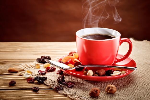 Красная керамическая чашка с горячим кофе.