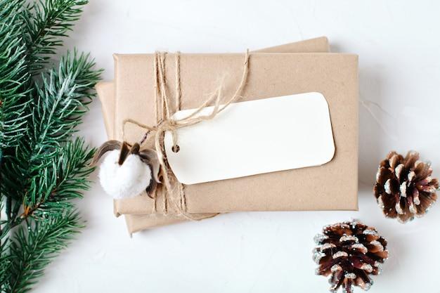 はがきとクリスマスツリーの枝のモックアップ