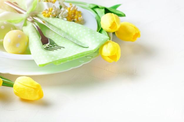 Христос воскрес. поздравительный пасхальный фон. пасхальные яйца и цветы.