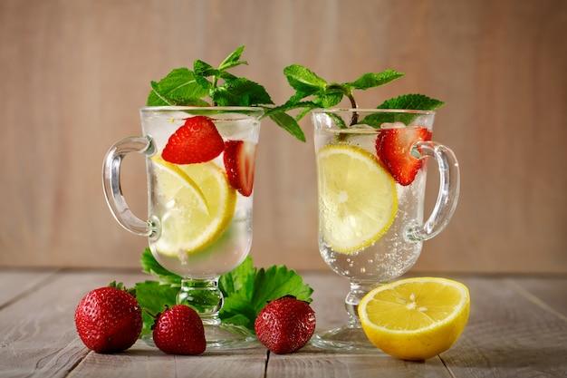 レモンとイチゴと氷で新鮮な夏の健康ドリンク。
