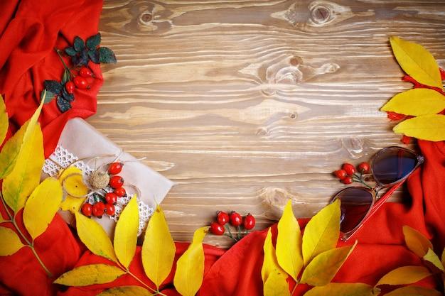 テーブルは紅葉とベリーで飾られていました。秋。秋の背景。