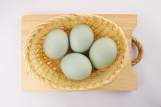 白い表面に新鮮なアヒルの卵を提供