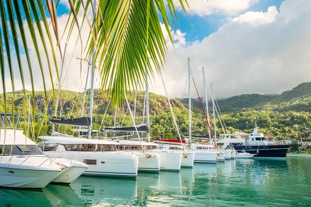 Роскошные лодки и яхты в солнечный день на пристани острова иден, маэ, сейшельские острова
