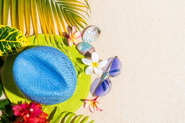 サングラスと青と緑の麦わら帽子
