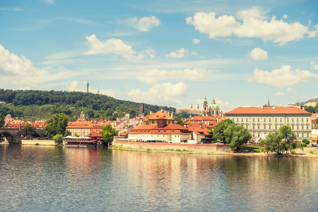 Горизонт города панорамы праги и карлов мост, прага, чехия. круиз на лодке по реке влтаве