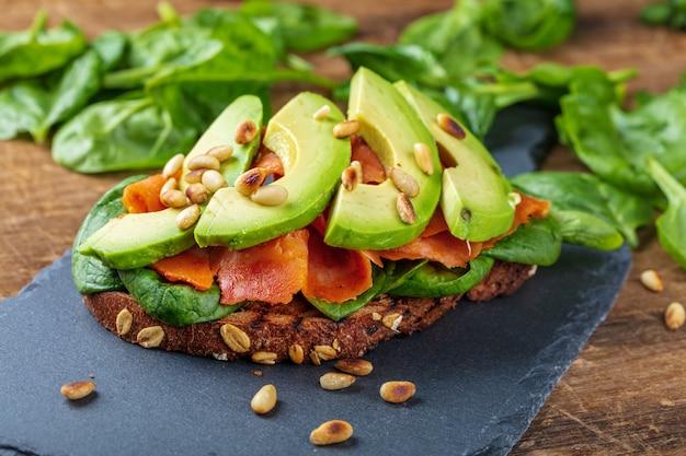 Цельнозерновой хлеб с лососем и авокадо со шпинатом