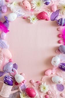 Вид сверху розового украшения счастливого праздника пасхи аранжировать в форме сердца