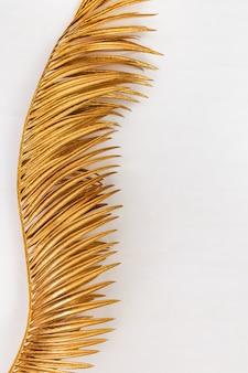 黄金のメタリック色を描いたクローズアップの天然ヤシの葉