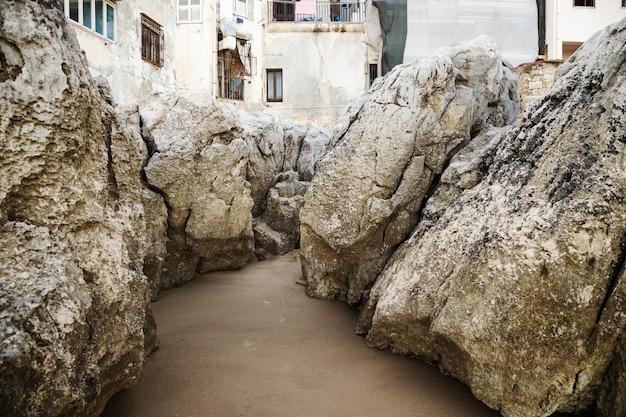 ビーチに大きな石と海岸のティレニア海。