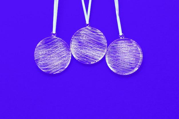 明るい青色の背景に白いクリスマスボール飾り
