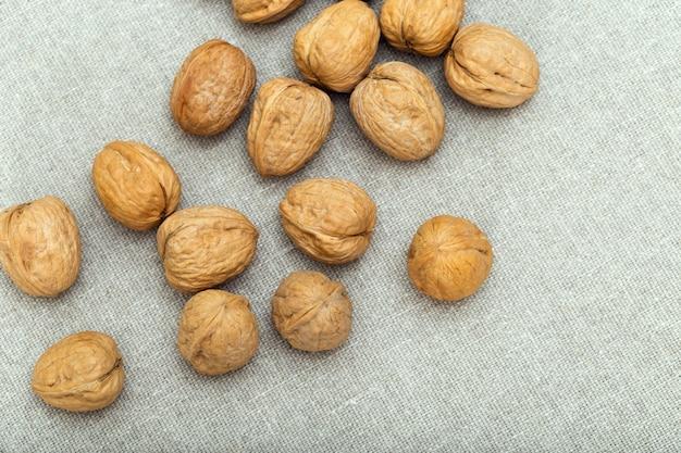 Еда фон с целыми грецкими орехами на ткани