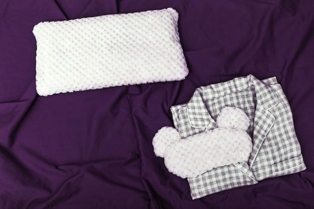 ダークコットンのシートにパジャマ、ふわふわの睡眠マスク、柔らかい枕