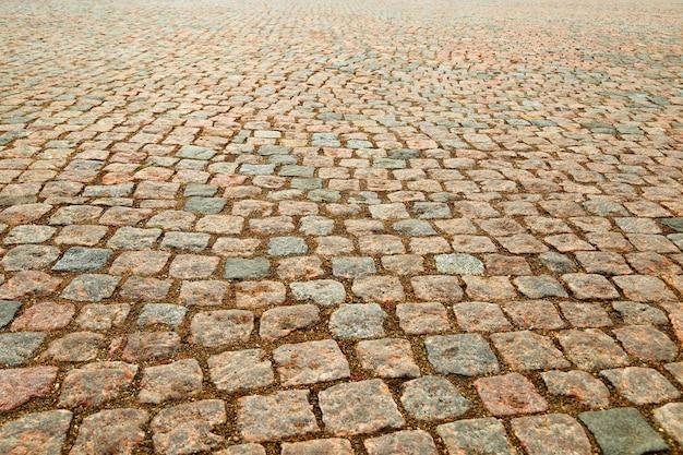 地面に濡れた砂利
