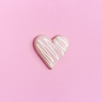 チョコレートの甘いピンクのハート。ロマンチックなコンセプトが大好きです。コピースペースを持つ最小限のスタイル。