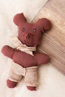 子供が手で縫った小さなおもちゃのクマ