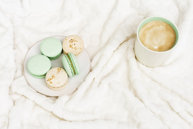 朝食にカプチーノとお菓子。一杯のコーヒーとマカロン