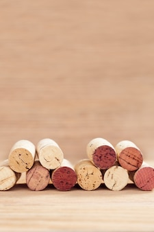 コピースペースを持つ木製の背景をぼかした写真のワインのコルクの境界線。