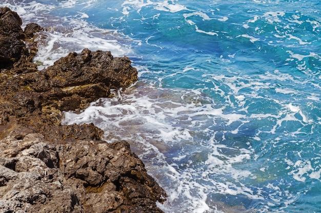 Скалистое побережье средиземного моря. прекрасное побережье. остров крит. греция.