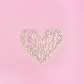 大きな心は愛に満ちています。多くの小さな木製の心。グリーティングカードまたは結婚式のカードやバレンタインの招待状。