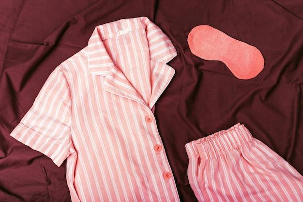 寝るための暖かいピンクのキット