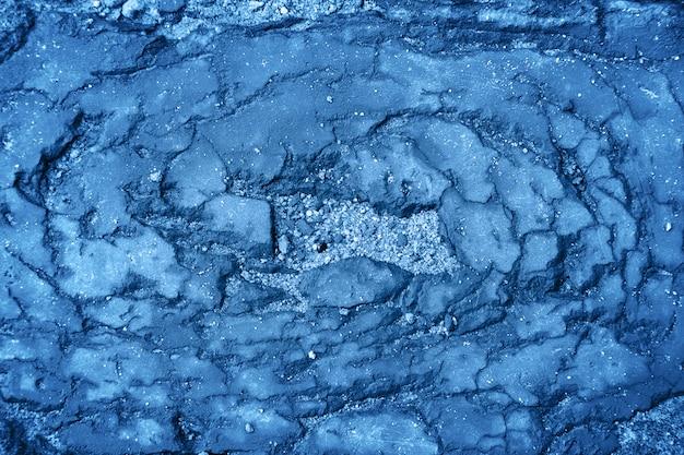 Текстура старого разрушенного камня классического тренда цвета. естественный жесткий фон с трещинами и пылью.