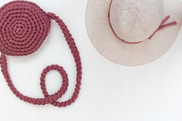 Туристические объекты путешествия, шляпа для женщины и стильная сумка на светлом столе. концепция отдыха.