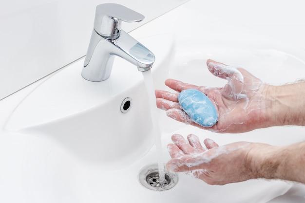 Человек моет руки с антибактериальным мылом для профилактики вируса короны, гигиены, чтобы остановить распространение коронавируса.