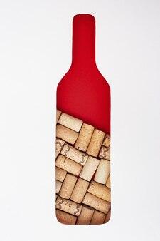 Креативная бутылка вина с деревянными пробками внутри. форма бутылки спереди на бумаге концепция для винодельни, дегустационный бар. квартира лежала с пустым пространством для текста.