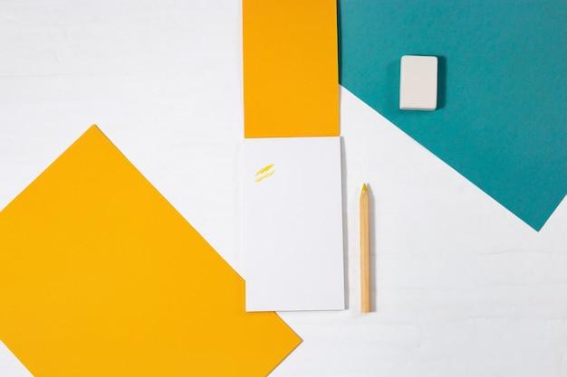 軽い紙のお手本、木製鉛筆、消しゴムで描くためのオブジェクトの平面図。学校のコンセプトに戻る。フラット横たわっていた。コピースペース。