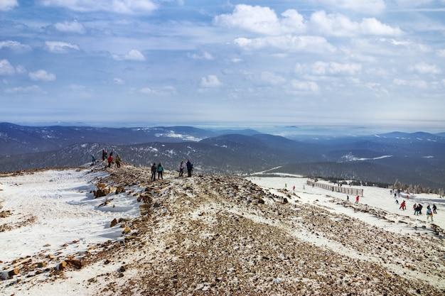 Вид на вершину зеленая гора в горнолыжном курорте шерегеш, сибирь, россия. красивый зимний пейзаж.