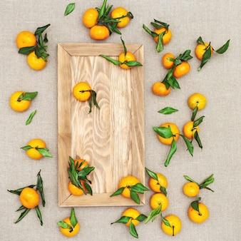 Свежие цитрусовые мандарин или мандарин на скатерть из натуральной ткани. квартира лежала.