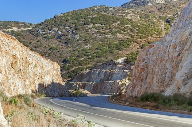 Дорога в горах в сития, греция, остров крит.