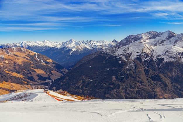 Горнолыжный курорт в майрхофене, австрия, долина циллерталь. красивый горный пейзаж. высокие горы покрыты снегом. горнолыжный склон спускается вниз.