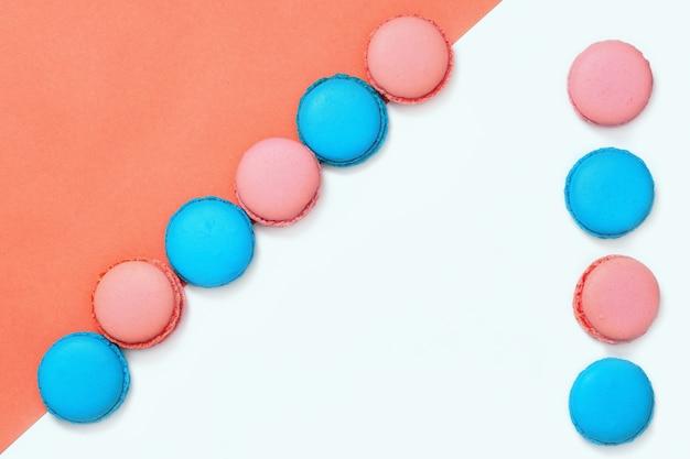 ピンクとブルーのマカロンのライン。最小限の概念おいしいアーモンドクッキー。スペースをコピーします。上面図。
