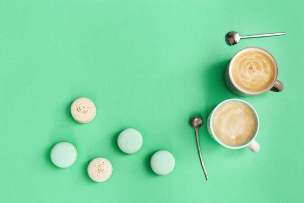 Две чашки кофе и вкусные макаруны