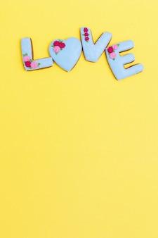 アイシングで愛の言葉の形をしたジンジャーブレッドクッキー