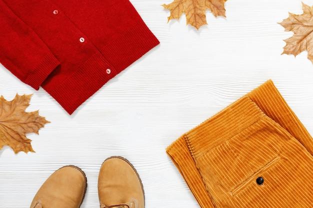 カエデの木から飾られた紅葉と女性の秋の服