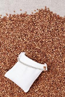 穀物の背景にソバの完全な袋バッグ。健康食品。天然有機穀物。豊作。