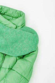 Женская осенняя теплая одежда, пуховик нео мятного цвета тренда, широкий вязаный шарф. шоппинг обзор концепции с копией пространства.