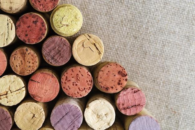 コピースペースでぼやけた荒布を着たワインのコルク栓のクローズアップ。