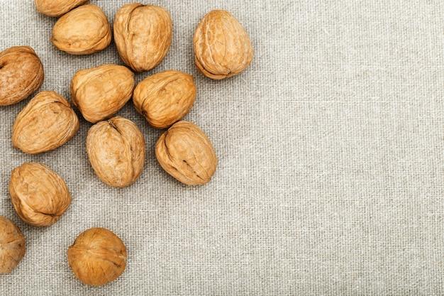 Грецкие орехи на ткани и копией пространства.