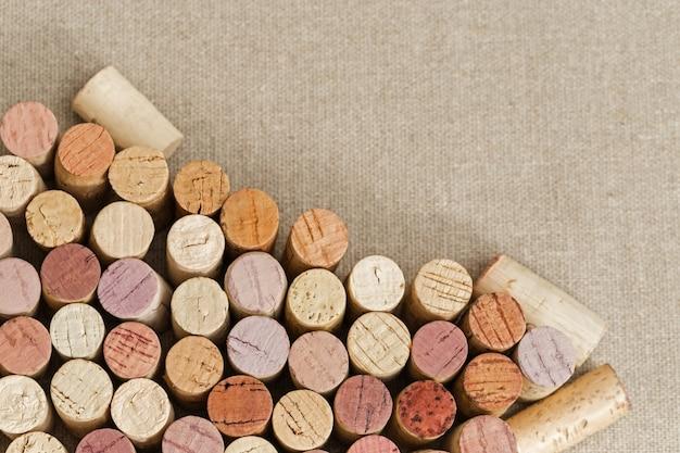繊維の背景にワインのコルク