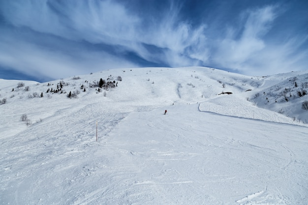 Зимняя гора и голубое небо с красивыми облаками