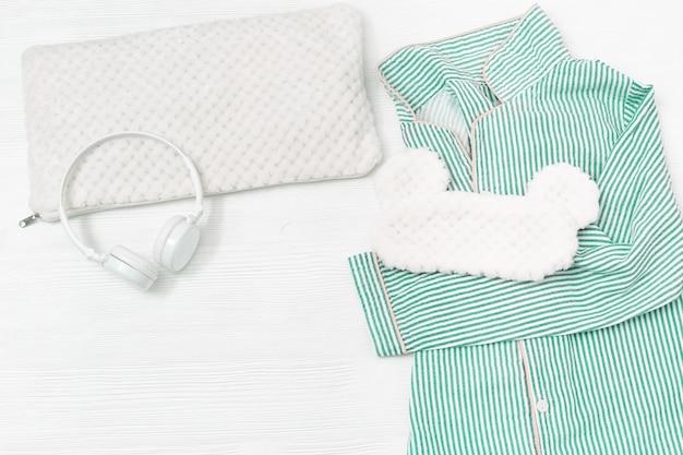 若い女の子のためのネオミント色のパジャマと快適な休息のためのアイスリーピングマスク