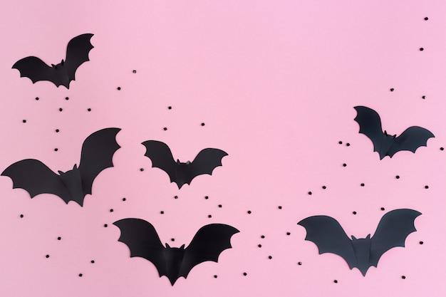 Черные летучие мыши на розовом фоне
